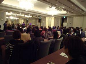 フランス式アロマの第一人者である ネリー・グロジャン博士をフランスより招聘し、 11月18日に記念講演会をセントレジスホテル大阪で開催